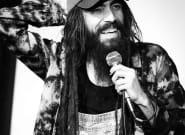 Zach Poitras, humoriste blanc portant des dreads, évincé d'un