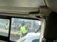 À Lyon, deux policiers filment l'attaque violente de leur fourgon par des
