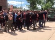 Le cercueil d'Emiliano Sala porté par ses proches lors d'un dernier