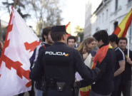 Las aplaudidas palabras de un policía a unos jóvenes con banderas de España en la manifestación