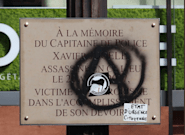Gilets jaunes: la plaque dédiée au policier Xavier Jugelé