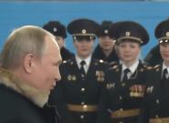 Putin celebra el Día de la Mujer contando un chiste machista a unas mujeres