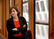 Ada Colau retira el lazo amarillo de la fachada del Ayuntamiento de