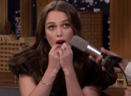 Keira Knightley toca la versión más curiosa de 'Despacito': con los