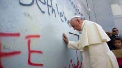 A Bethléem, le pape touche le