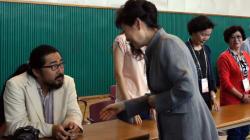 박근혜 대통령, 투표소 참관인에게 악수 거부당하다