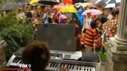 동네 꼬마의 피아노 연주회에 사람들이 모여든