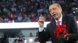 Erdogan rend les clés de l'AKP, promet la poursuite de sa