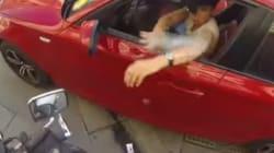 오토바이를 탄 소녀가 쓰레기를 투척하는