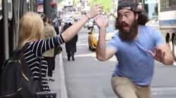 뉴욕 사람들과 하이파이브를 하는