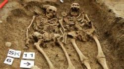 Un couple de squelettes découvert main dans la
