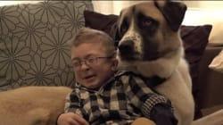 근육병을 앓는 소년이 다리가 3개인 개를