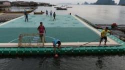 Dans le sud de la Thaïlande, un terrain de foot flottant remet une île à