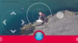 Φωτογραφικό drone ακολουθεί τον χρήστη, τραβώντας selfies και