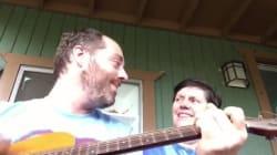 알츠하이머 환자인 엄마에게 노래를 해주는