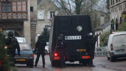 Charlie Hebdo: les suspects toujours en fuite, hommage dans les