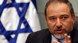 Israël: Liberman, dirigeant du parti d'extrême droite défie les autorités en distribuant la dernière édition de Charlie