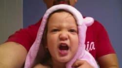 Cette adorable petite fille apprend l'alphabet... sur du