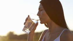 Πόσα ποτήρια νερό την ημέρα πρέπει να πίνουμε, το βραδινό παχαίνει, τα αβγά ανεβάζουν την χοληστερίνη; Οι διατροφικοί μύθοι σ...