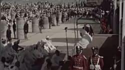 Mohammed V prie à la mosquée Hassan de Rabat juste après