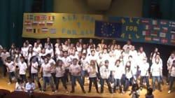 «Give Greece a chance» τραγούδησαν παιδιά του δημοτικού ελπίζοντας να ακουστούν μέχρι το