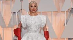 Τα κόκκινα γάντια της Lady Gaga (ίσως της είπαν πως στην Ελλάδα έχουν γίνει