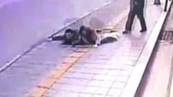 À Séoul, le trottoir se dérobe sous les pieds de deux passants