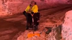 휠체어를 탄 여성이 인간제설기로