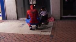 Μυστήριο με τον Spiderman που μοιράζει τρόφιμα σε