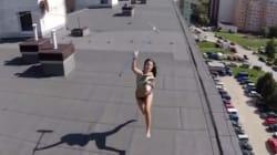 Έκανε ηλιοθεραπεία τόπλες... και την έπιασε στα πράσα ένα drone