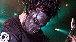 Le guitariste de Slipknot poignardé à la tête par son