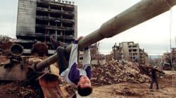 전쟁의 잔해에서 놀이하는