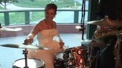 자신의 결혼식에서 드럼 연주를 하는