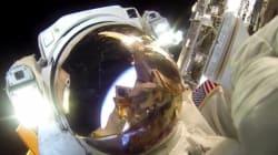 고프로를 든 우주 비행사가 우주를