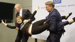 «Υπέροχο να τον βλέπεις έντρομο από λίγα μικρά κομμάτια χαρτί» λέει η ακτιβίστρια του Blockupy που τρόμαξε τον