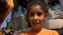 Une enfant de 9 ans manipule le tractopelle comme un jouet