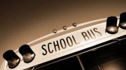 스쿨 버스와 아이들 사이를 뚫고 지나간