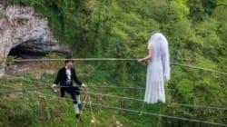 Γαμήλια τελετή με το γαμπρό και τη νύφη να ισορροπούν πάνω σε τεντωμένο