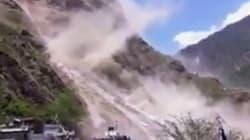 지진의 여파로 네팔의 산이 무너지는