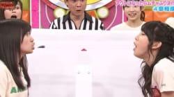 Δύο κορίτσια, μια κατσαρίδα: Η τηλεόραση στην Ιαπωνία αγγίζει τα όρια της