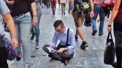 이 남자가 장소, 시간을 가리지 않고 책을 읽는