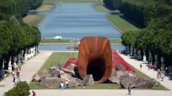 Ένα γλυπτό που μοιάζει με γιγάντιο αιδοίο διχάζει τον κόσμο που επισκέπτεται το παλάτι των