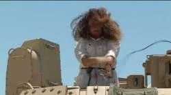 Βίντεο: Αυτή η δημοσιογράφος απλά δεν μπορεί να αντέξει την ξαφνική επίθεση σμήνους