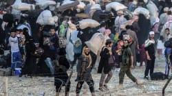 Des combattants de Daech, sourire aux lèvres, bloquent des milliers de réfugiés syriens à la frontière