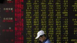 Προσπάθειες της κινεζικής κυβέρνησης για παύση της πτώσης στο χρηματιστήριο. Άνω των 1.476 εισηγμένων έχουν «παγώσει»