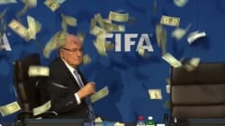 Sepp Blatter aspergé de billets de banque en pleine conférence de