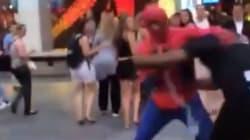 Τον πλάκωσε στο ξύλο ο Spiderman επειδή έκανε ρατσιστικά
