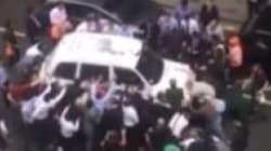 Βρετανία: Σήκωσαν με τα χέρια τους ταξί και απεγκλώβισαν γυναίκα που είχε παγιδευτεί κάτω από τις ρόδες
