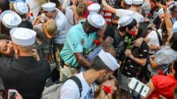 Η Times Square της Νέας Υόρκης πλημμύρισε από παθιασμένα φιλιά στη σκιά ενός...ναύτη και μιας