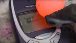 노키아 핸드폰에 불타는 금속 공을
